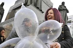"""foto z akcie """"Kondóm pre pápeža"""" v Prahe"""